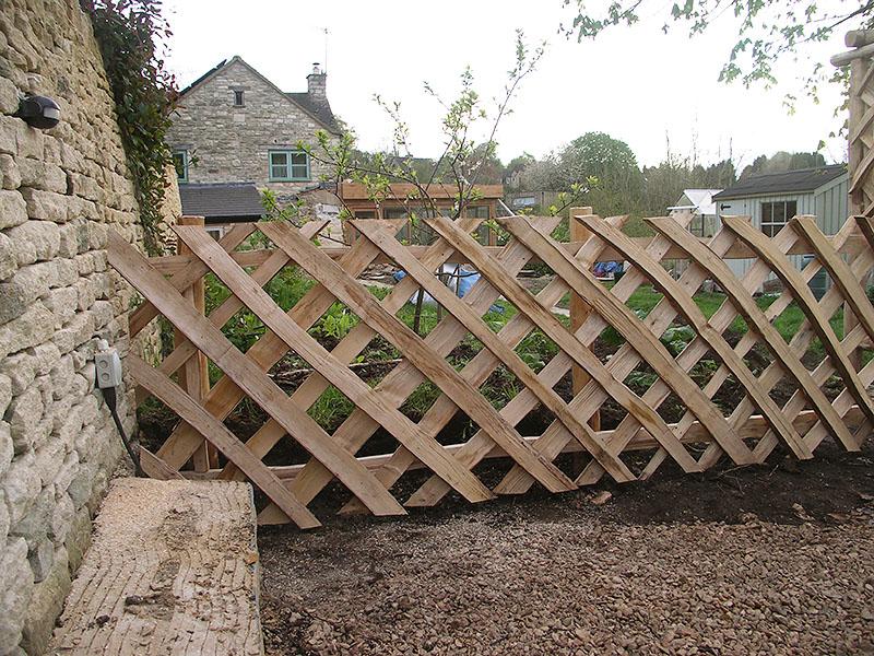 Diamond pattern Chestnut picket fence